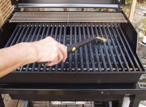 ' ' from the web at 'http://files.recipetips.com/kitchen/images/refimages/grilling/gas/oilgrate.jpg'
